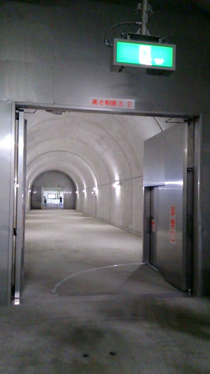 止々呂美トンネル内の非常口内