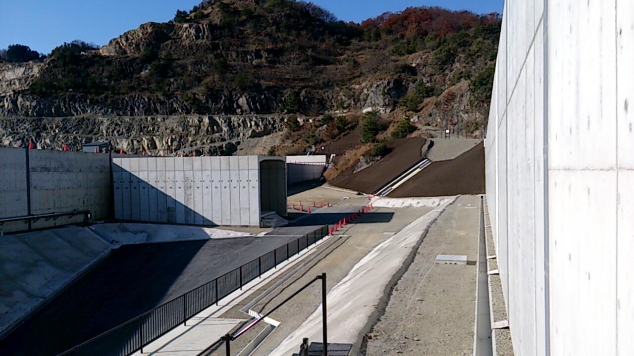 止々呂美トンネル出口直後の追越車線側の風景1