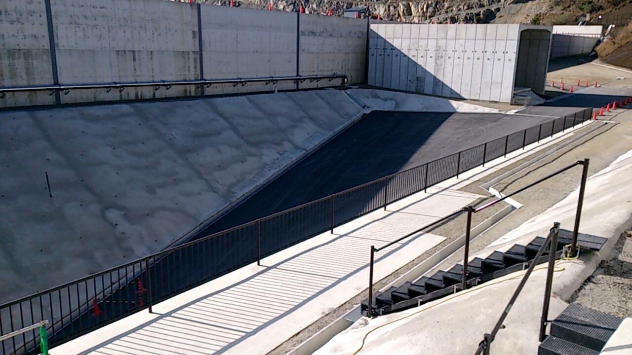 止々呂美トンネル出口直後の追越車線側の風景2