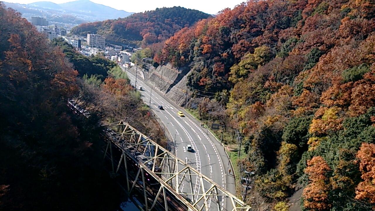 平野橋から能勢電車が通過するシーン
