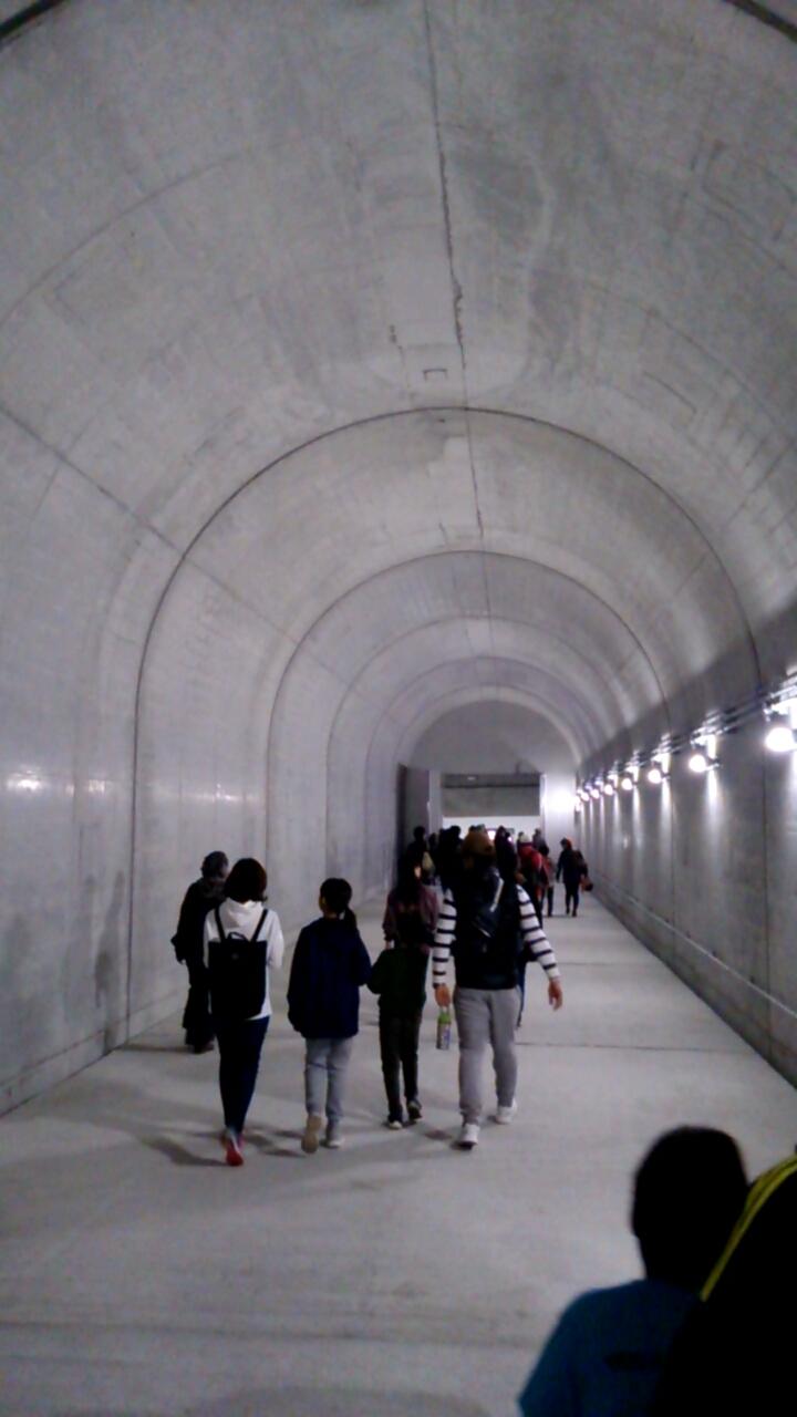 川西トンネル内非常口通路1