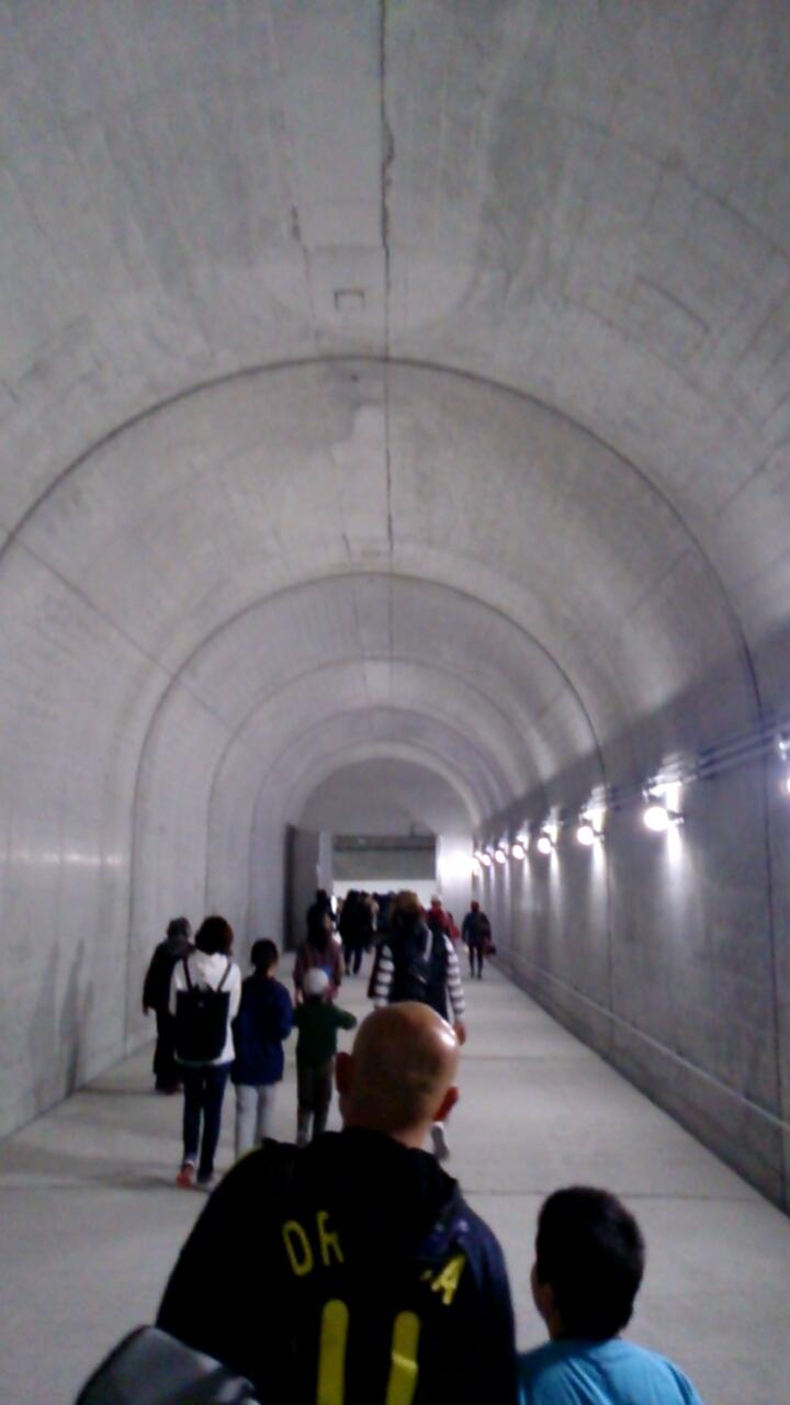 川西トンネル内非常口通路2
