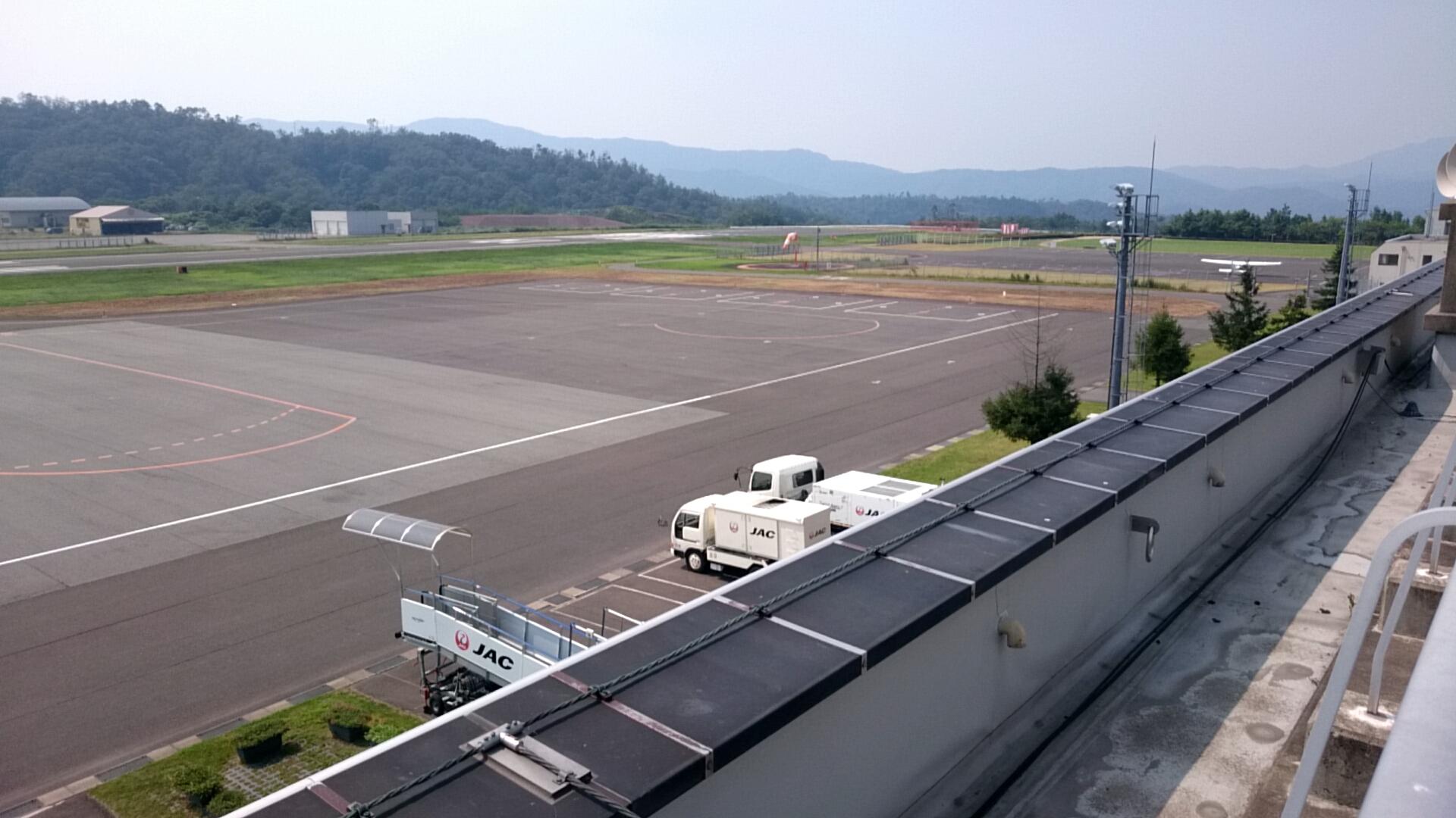 コウノトリ但馬空港 滑走路右側